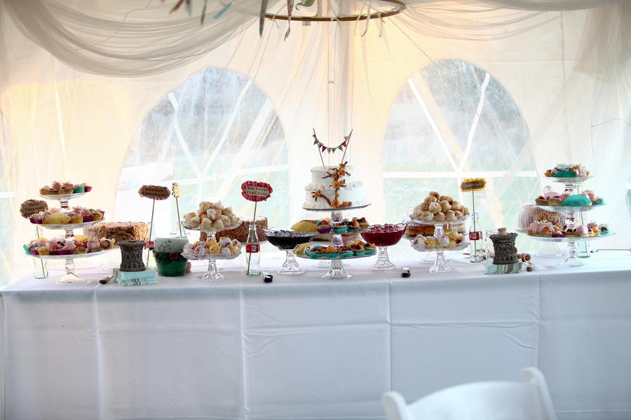creativediyoutdoorweddingdessertbar How adorable is that cake bunting