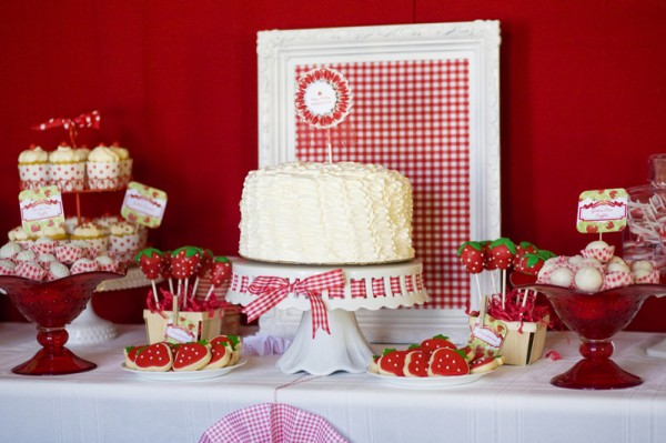 strawberry-birthday-party-dessert-table